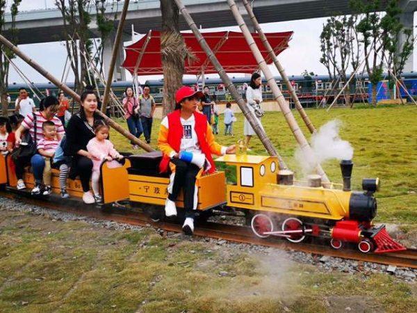 坐骑式轨道小火车