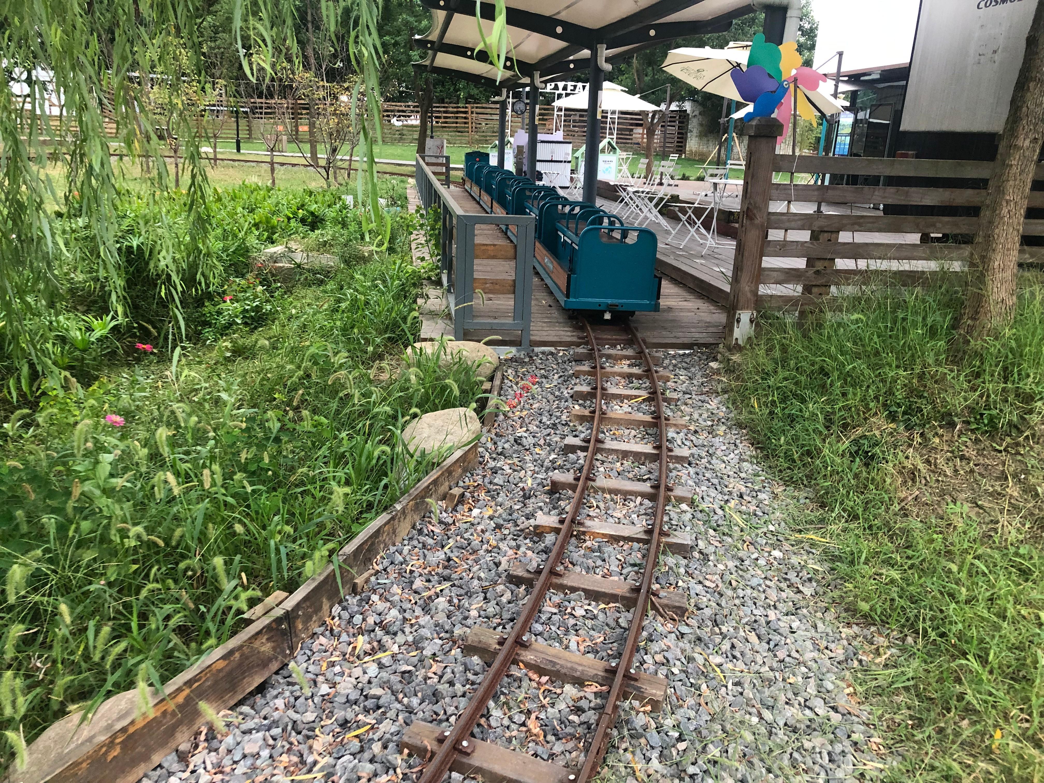 铺设观光小火车轨道